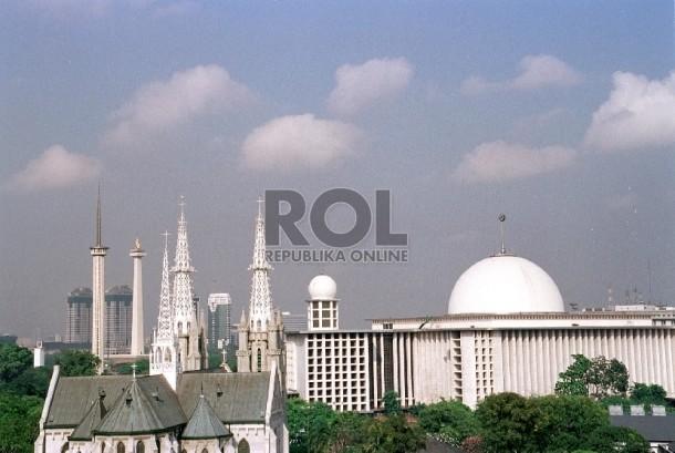 Masjid Istiqlal dan Gereja Katedral berdampingan di Jakarta.