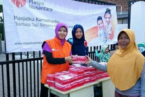 Masjid Nusantara memberikan THR untuk imam dan marbot.