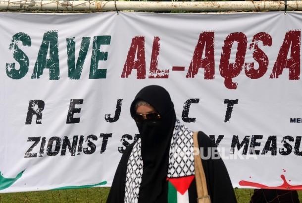 Massa Aliansi Indonesia Membela Masjid Al Aqsha (AIMMA) melakukan Aksi solidaritas umat Islam untuk Masjid Al-Aqsha di lapangan Masjid Al-Azhar, Jakarta, Jumat (21/7).