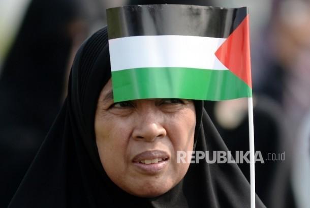 Massa Aliansi Indonesia Membela Masjid Al Aqsha (AIMMA) melakukan Aksi solidaritas umat Islam untuk Masjid Al-Aqsha di lapangan Masjid Al-Azhar, Jakarta, Jumat (21/7). Aksi tersebut mengutuk tindakan kekearasan terhadap Imam Besar Al-Aqso dan penutupan terhadap tempat suci umat islam Masjid Al-Aqsa