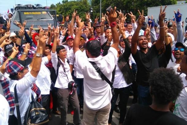 pendukung ahok berjoget bersama di luar gedung pengadilan