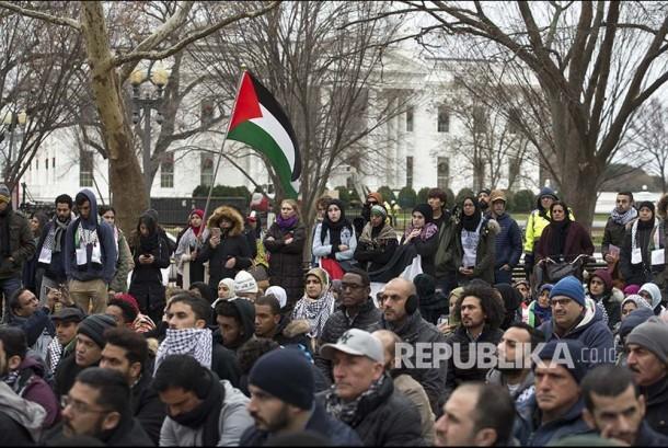 Massa unjuk rasa menentang kebijakan Trump atas Yerusalem di President Park tidak jauh dari istana kepresidenan Gedung Putih Washington, DC, Jumat (8/12) waktu setempat, atau (9/12) dini hari WIB.