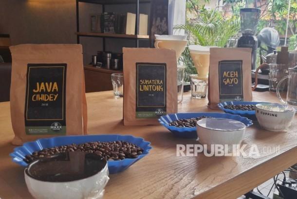 Maxx Coffee pertama kali merilis biji kopi asli Indonesia yang terdiri dari Aceh Gayo, Java Ciwidey, dan Sumatera Lintong.