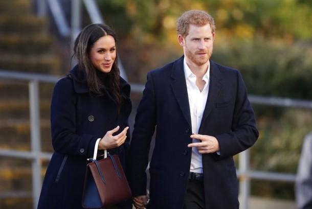 Meghan Markle bersama Pangeran Harry dalam kunjungan resmi pertama keduanya setelah bertunangan di Nottingham.