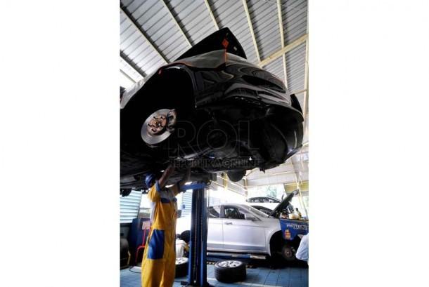 Mekanik melakukan perawatan berkala mobil (ilustrasi).