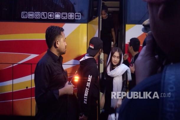 Melody bersama personel JKT48 lainnya datang ke rumah duka. Manajer JKT48 Inao Jiro (47) ditemukan gantung diri pada Selasa (21/2) petang di Perumahan River Park Blok GE. 4 No. 3 RT 002/02, Jurang Mangu Barat, Pondok Aren, Tangerang Selatan.