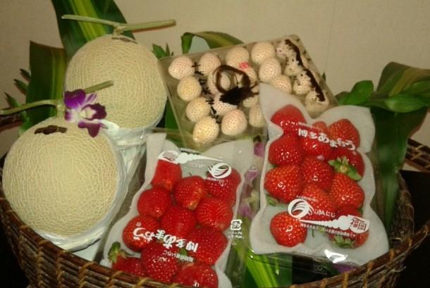Melon dan stroberi Jepang.