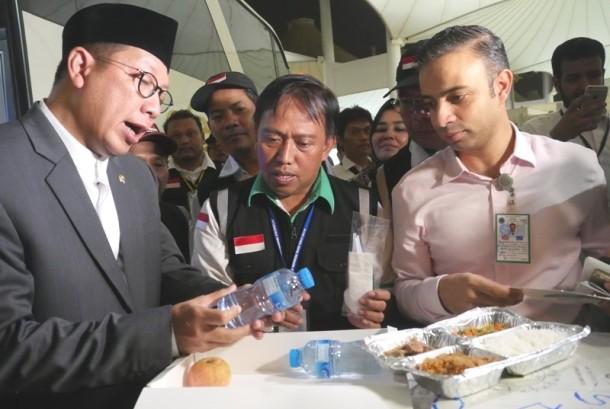 Menag Lukman Hakim Saifuddin mengecek katering jamaah haji di Bandara Internaisonal King Abdul Aziz Jeddah, Ahad (20/8) malam