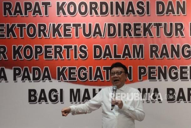 Mendagri Tjahjo Kumolo memberi pembekalan pada rektor/ketua/direktur perguruan tinggi dan koordinator kopertis dalam rangka pembinaan kesadaran bela negara pada kegiatan pengenalan kehidupan kampus bagi mahasiswa baru tahun ajaran 2017 di Kementerian Pertahanan, Jakarta, Rabu (26/7).