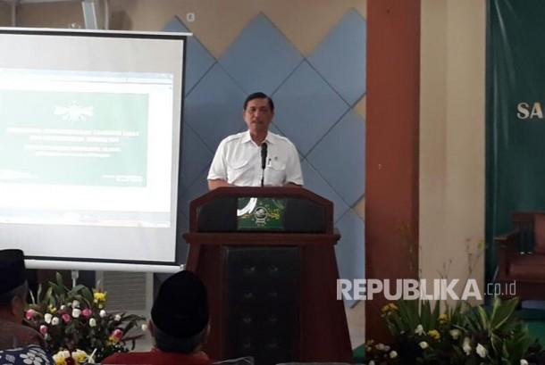 Menko Kemaritiman Luhut Binsar Pandjaitan memberikan sambutan pada acara sarasehan PBNU bertema Pengembangan Ekonomi Umat dan Kemaritiman di Ponpes Al Tsaqafah, Kamis (6/4).