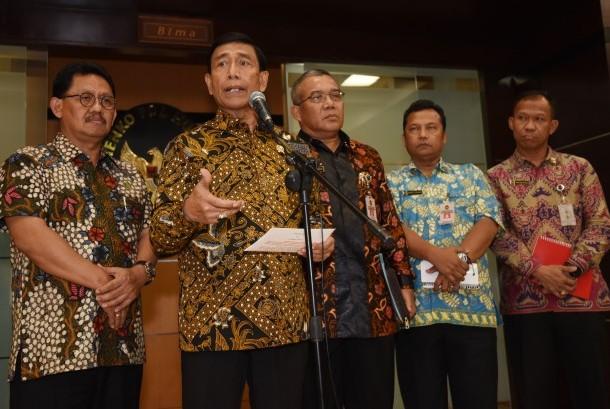 Menkopolhukam Wiranto (kedua kiri) memberikan keterangan terkait isu pro dan kontra pembubaran ormas Hizbut Tahrir Indonesia (HTI) di Jakarta, Jumat (12/5).