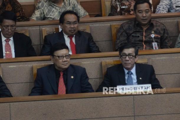 Menkumham Yasonna Laoly (kanan) dan Menteri Dalam Negeri (Mendagri) Tjahjo Kumolo (kiri) mengikuti rapat paripurna pengambilan keputusan RUU Pemilu di kompleks parlemen, Jakarta, Kamis (20/7).