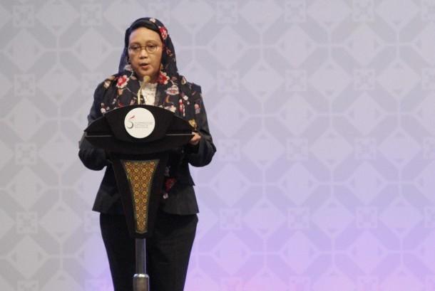 Menlu Retno LP Marsudi memaparkan hasil pertemuan Sidang Dewan Menteri Luar Negeri negara-negara OKI pada pembukaan KTT Luar Biasa ke-5 OKI di di JCC, Senayan, Jakarta, Senin (7/3).