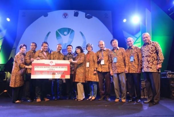 Menpora Imam Nahrawi (kelima dari kiri) saat memberikan secara simbolis apresiasi kepada para atlet tenis Indonesia masa lalu dalam acara Anugerah Legenda Olahraga Indonesia di Jakarta, Rabu (13/12).