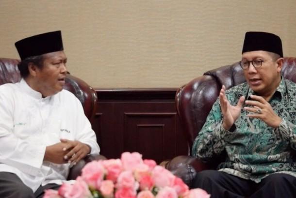 Menteri Agama, Lukman Hakim Saifuddin (kanan) bersama wartawan Republika, Damanhuri Zuhri (kiri).