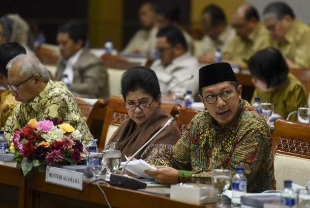 Menteri Agama Lukman Hakim Saifuddin (kanan) dan Menteri Kesehatan Nila Farid Moeloek (kedua kanan) mengikuti rapat kerja dengan Komisi VIII DPR di Kompleks Parlemen, Senayan, Jakarta, Senin (16/1).
