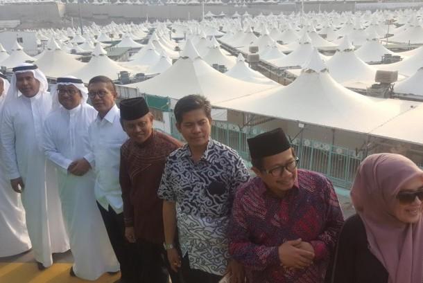 Menteri Agama Lukman Hakim Saifuddin (ketiga dari kiri) bersama Direktur Pelayanan Haji Luar Negeri Kementerian Agama Sri Ilham Lubis saat meninjau pendingin udara baru di Mina.