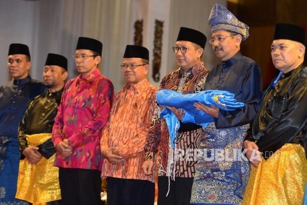 Menteri Agama Lukman Hakim Saifuddin (ketiga kanan) bersama bersama Gubernur Nusa Tenggara Barat TGH M. Zainul Majdi (ketiga kiri) dan PLT Gubernur Sumatera Utara Tengku Erry Nuradi (kedua kiri) berfoto bersama usai menerima bendera MTQ saat menghadiri pen