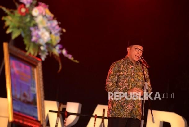 Menteri Agama Lukman Hakim Saifuddin memberikan kata sambutan saat malam Ta'aruf yang diadakan di Pendopo Kantor Gubernur NTB, Jumat (29/7) malam.(Republika/Raisan Al Farisi)
