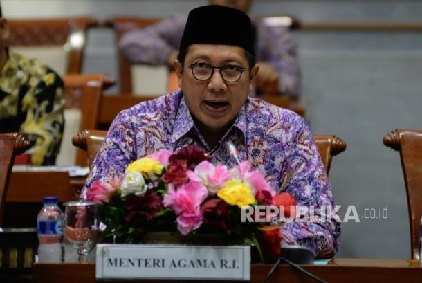 Menteri Agama Lukman Hakim Saifuddin mengikuti rapat kerja dengan Komisi VIII terkait Biaya Penyelenggaraan Ibadah Haji (BPIH) di Kompleks Parlemen, Senayan, Jakarta, Jumat (24/3).
