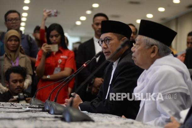 Menteri Agama Lukman Hakim Syaifuddin (kiri), didampingi Ketum MUI KH. Ma'ruf Amin memberikan keterangan pers penetapan 1 Syawal 1438 H di kantor Kemenag, Jakarta, Sabtu (24/6).