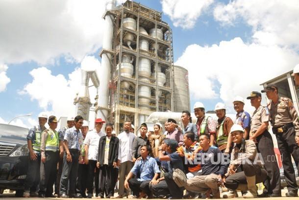 Menteri Badan Usaha Milik Negara (BUMN), Rini M Soemarno melakukan kunjungan ke lokasi pabrik PT Semen Indonesia (Persero) di Kecamatan, Gunem, Kabupaten Rembang, Provinsi Jawa Tengah, Jumat (17/3).