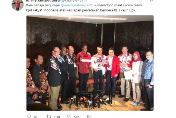 Menteri Belia dan Sukan Malaysia Khairy Jamaluddin memegang bendera Indonesia saat bertemu dengan Menpora Imam Nahrawi (memegang bendera Malaysia) untuk meminta maaf atas insiden kesalahan pemasangan bendera Indonesia dalam buku panduan SEA Games 2017.