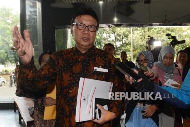 Menteri Dalam Negeri Tjahjo Kumolo dimintai keterangan oleh awak media sebelum melakukan pertemuan tertutup bersama pimpinan Ombudsman di gedung Ombudsman, Jakarta, Kamis (16/2).