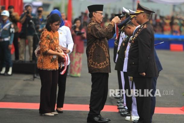 Menteri Dalam Negeri Tjahjo Kumolo memberikan penghargaan Satyalancana kepada anggota TNI saat peringatan Hari Nusantara Nasional di Pelabuhan, Cirebon, Jawa Barat, Rabu (13/12).