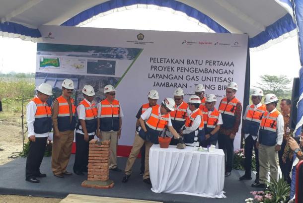 Menteri Energi dan Sumber Daya Mineral (ESDM) Ignasius Jonan melakukan pletakan batu pertama proyek pengembangan Lapangan Gas Unitisasi Jambaran-Tiung Biru (JTB) di Kabupaten Bojonegoro, Jawa Timur, Senin (25/9).