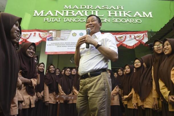 Menteri ESDM Ignasius Jonan (tengah) berdialog dengan para santriwati saat berkunjung ke Pondok Pesantren Manba'ul Hikam, Sidoarjo, Jawa Timur, Minggu (13/8).