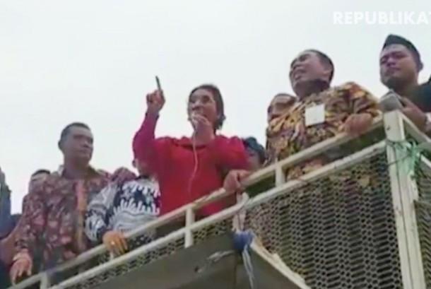 Menteri Kelautan dan Perikanan (KKP) Susi Pudjiastuti saat menemui para demonstran nelayan di kawasan Monumen Pancasila (Monas), Jakarta, Rabu (17/1), sore.