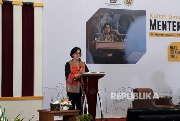 Menteri Keuangan Sri Mulyani, memberi kuliah umum di Auditorium Sukadji Ranuwihardjo Universitas Gadjah Mada, Rabu (23/8).