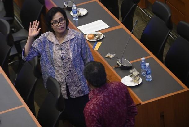 Menteri Keuangan Sri Mulyani memberi salam saat berbincang dengan anggota Badan Anggaran usai rapat kerja di Komplek Parlemen Senayan, Jakarta, Kamis (29/9).