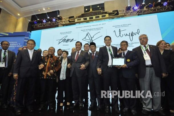 Para pejabat terkait saling bergandeng tangan pada Konferensi Internasional 'Media For World Harmony' dan Annual Meeting ke-5 IBRAF, di Kota Bandung, Senin (22/2).