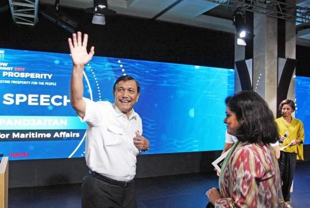Coordinating Minister for Maritime Affairs Luhut Binsar Pandjaitan (white shirt).