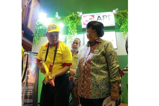 Menteri LHK Siti Nurbaya melihat salah satu stand dalam pameran Hari Hutan Internasional