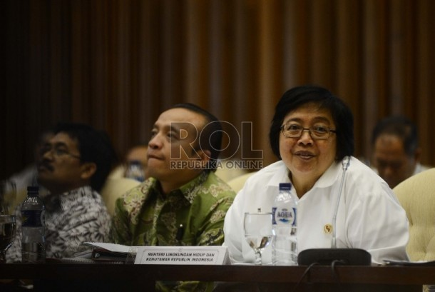 Menteri Lingkungan Hidup dan Kehutanan Siti Nurbaya (kanan) mengikuti rapat kerja bersama Komisi IV DPR yang digelar di Kompleks Parlemen, Jakarta, Kamis (29/10).  (Republika/Raisan Al Farisi)