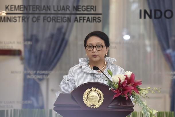 Menteri Luar Negeri Retno LP Marsudi memberikan keterangan seusai bertemu dengan duta besar negara-negara Organisasi Kerjasama Islam (OKI) di Gedung Pancasila, Kemenlu, Jakarta, Selasa (25/7).