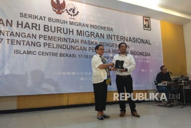 Menteri Luar Negeri Retno LP Marsudi saat menerima penghargaan.