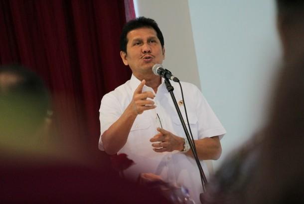 Menteri Pemberdayaan Aparatur Negara dan Reformasi Birokasi (Menpan RB) Asman Abnur menyampaikan pidato kepada sejumlah pemangku kepentingan saat kunjungan kerja di Pelabuhan Tanjung Perak, Surabaya, Jawa Timur, Jumat (18/11).