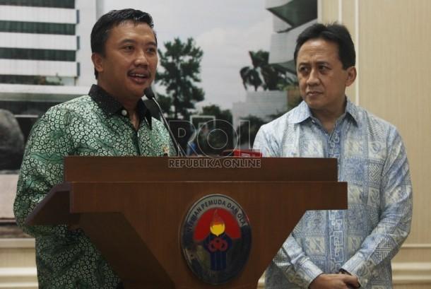 Menteri Pemuda dan Olahraga Imam Nahrawi (kiri) memberikan keterangan pers bersama Kepala Badan Ekonomi Kreatif (Bekraf) Triawan Munaf (kanan) dan jajaran Tim panelis sayembara logo dan maskot Asian Games di Kantor Kemenpora, Jakarta, Rabu (6/1).