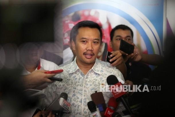 Menteri Pemuda dan Olahraga (Menpora) Imam Nahrawi memberikan keterangan pers terkait pencabutan Surat Keputusan (SK) Pembekuan PSSI di Jakarta, Rabu (11/5). (Republika/Rakhmawaty La'lang)