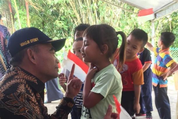 Menteri Pendidikan dan Kebudayaan (Mendikbud) Muhadjir Effendy saat menemui anak-anak TKI di salah satu learning centre di Kuching, Serawak.