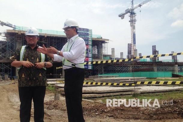 Menteri Perhubungan Budi Karya Sumadi (kanan) berbincang dengan Gubernur Jawa Barat saat meninjau pembangunan Bandara Internasional Jawa Barat (BIJB) Kertajati, Majalengka. (ilustrasi)