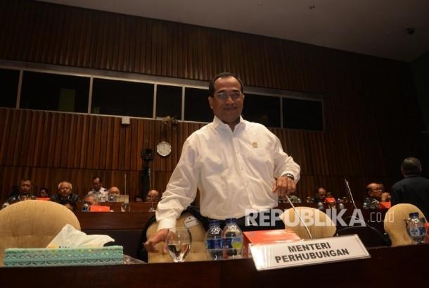 Menteri Perhubungan Budi Karya Sumadi menghadiri rapat kerja dengan Komisi V DPR di kompleks Parlemen, Senayan, Jakarta, Rabu (5/7)