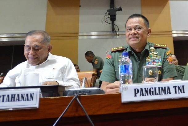 Menteri Pertahanan Ryamizard Ryacudu (kiri) bersama Panglima TNI Jenderal TNI Gatot Nurmantyo mengikuti rapat kerja dengan Komisi I DPR di Kompleks Parlemen Senayan, Jakarta, Rabu (18/10).