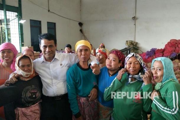 Menteri Pertanian Amran Sulaiman berfoto dengan petani bawang merah Brebes, Jawa Tengah, Jumat (18/8).