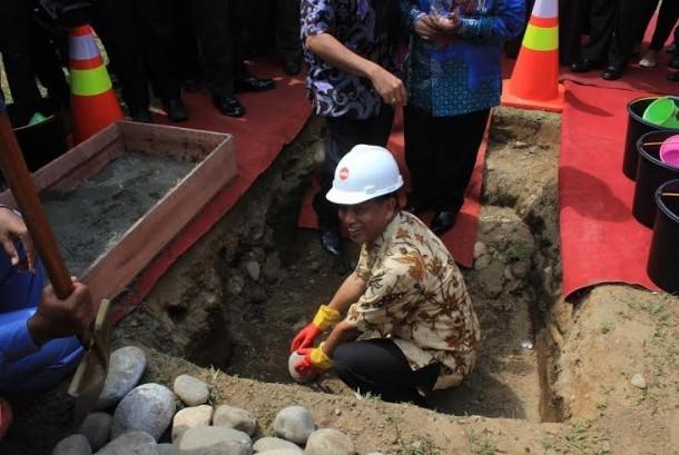 Menteri Riset Teknologi dan Pendidikan Tinggi (Menristek Dikti), M Nasir dalam acara peletakan batu pembangunan Lab School di Universitas Negeri Padang (UNP), Jumat (6/3).