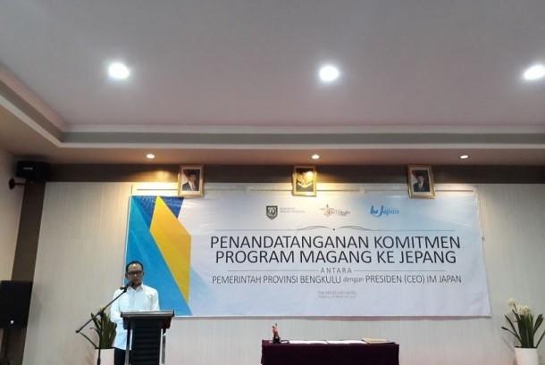 Menteri Tenaga Kerja Muhammad Hanif memberi sambutan usai menyaksikan penandatanganan kerja sama program magang Provinsi Bengkulu denganInternational Manpower Development Organization Japan (IM Jepang)di Kota Bengkulu, Jumat (17/11).